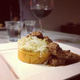 Draadjesvlees met zoete aardappelpuree en zuurkool