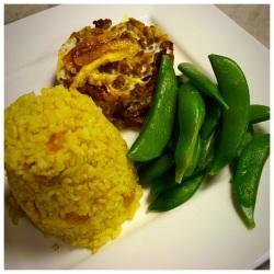 Bobotie met gele rijst en sugar snaps
