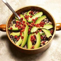 Rodekool couscous met avocado en granaatappelpitjes